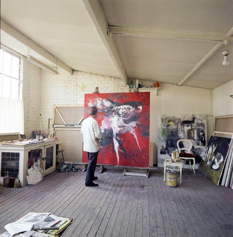 D-003036-1 - Nico Molenkamp in zijn atelier.