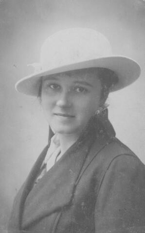 064468 - Maria Wilhelmina van Son-Donders geboren te Tilburg op 2 december 1898, aldaar overleden op 19 maart 1992.