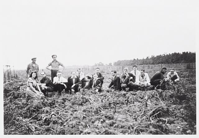 013988 - WO2 ; WOII ; Tweede Wereldoorlog. Distributie. Nood maakt vindingrijk. Buurtbewoners slaan de handen ineen en huren een stukje grond om bij voorbeeld aardappelen te verbouwen