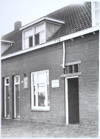 026709 - Pand Stokhasseltkerkstraat 7, in gebruik als tabakswinkel,  medio 1965 en dat moest verdwijnen in het kader van het uitbreidingsplan voor Tilburg-Noord. Tegenwoordig is dit de Mozartlaan