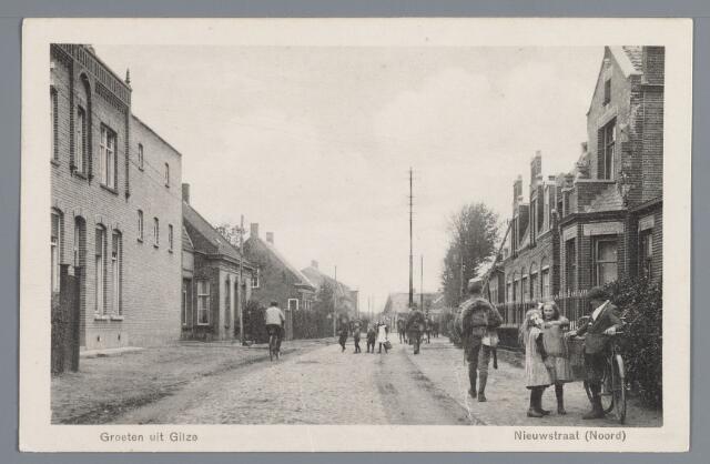 """057914 - Gilze, Nieuwstraat. In 1917 stond aan de linkerzijde van de Nieuwstraat dit woonhuis met de schoenfabriek van P. Jacobs, gebouwd in 1916, doch ving reeds in  1905 aan met de fabrikage. Het bedrijf adverteerde in 1925: """"De Jagil het beste merk van den tegenwoordigen tijd"""". Ernaast bakkerij van de Gebr. Kools en de woning van J. de Vet. Rechts met fiets A. de Bakker en Nel Buijs voor het in 1915 gebouwde huis van A. de Vet, die in 1911 de drie ernaast gelegen woningen al had laten bouwen, vervolgens de woning van P. Herrings"""