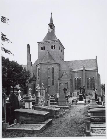 019593 - Achterzijde van de Goirkese kerk met kerkhof. Het godshuis werd gebouwd tussen 1835 en 1839 in neo-gotische stijl, naar een ontwerp van architect H. Essens uit Oirschot