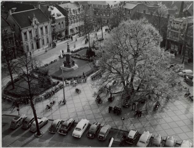 021152 - Heuvel gezien vanaf de St.-Jozefkerk. Geparkeerde auto`s hoorden bij het toenmalige straatbeeld
