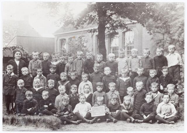 062073 - Basisonderwijs. Klassenfoto. Klas 1 van de lagere school aan de St. Willibrordstraat te Berkel.