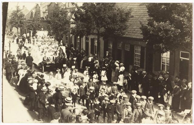 008999 - Optocht H. Kindsheid parochie Hoefstraat door de molenstraat met praalwagen Maria Koningin der Engelen, daarachter reed de zwaar beladen praalwagen met de Zouaafjes. (1924).
