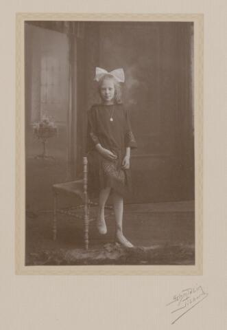 044143 - Marie Louise de Steenhuijsen Piters, dochter van Auguste M.J.H.R. de Steenhuijsen Piters en Maria J.J. de Beer uit Tilburg.