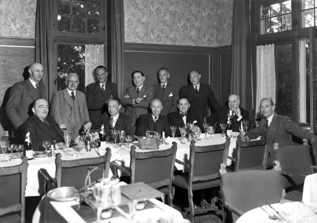 650517 - Schmidlin. De regionale wijnvereniging bijeen bij de firma Frans Verbunt & Co aan de Langestraat 13, mei 1948.