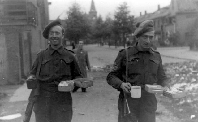 064674 - Tweede Wereldoorlog. Bevrijders van Tilburg op de Nieuwe Bosscheweg