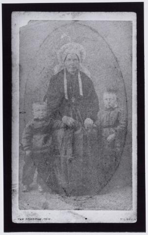 049972 - Moeder met  zoontjes in klederdracht. De moeder draagt de Brabantse muts zonder poffer. (reproductie; origineel niet in collectie aanwezig)