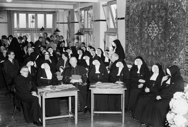 050303 - 25-jarig bestaan Huize Vincentius, bestuursleden: o.a. rector van Tuffelen en mgr. Hendrikx.