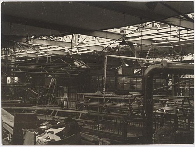 012445 - Tweede Wereldoorlog. Vernielingen. Interieur van textielfabriek Verschuuren - Piron aan de Koningshoeven dat in oktober 1944 midden in de frontlinie lag. Hier een foto van het totaal vernielde interieur