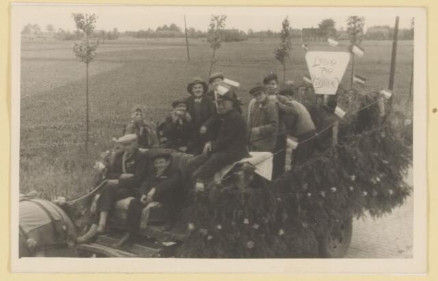 """080841 - WOII; WO2; Bevrijding Udenhout 1945. De optocht. Leve de vrijheid (Groenstraat noord). """"Leve de vrijheid""""."""