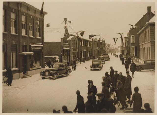 085239 - Dongen.Inhuldiging burgemeester Sweens. Aankomst per auto in de sneeuw.