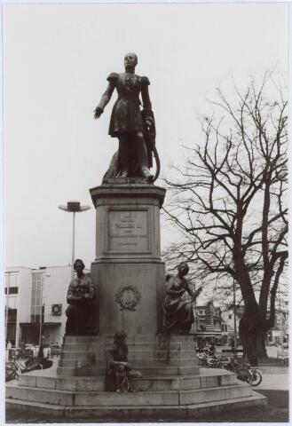 021454 - Standbeeld van Willem II op de Heuvel, met op de achtergron d de inmiddels verdwenen lindeboom