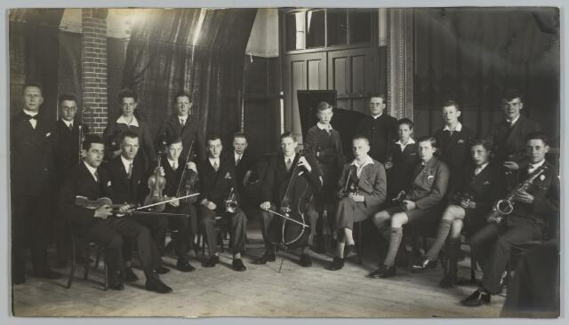 068503 - Groep muzikanten in juli 1931 bijeen in (vermoedelijk) het patronaat van de parochie Noordhoek