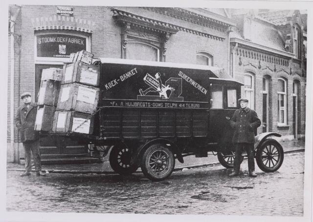 018211 - Bedrijfsauto van de firma A. Huijbregts - Ooms, gevestigd op de hoek Emmastraat - Parkstraat , in 1924