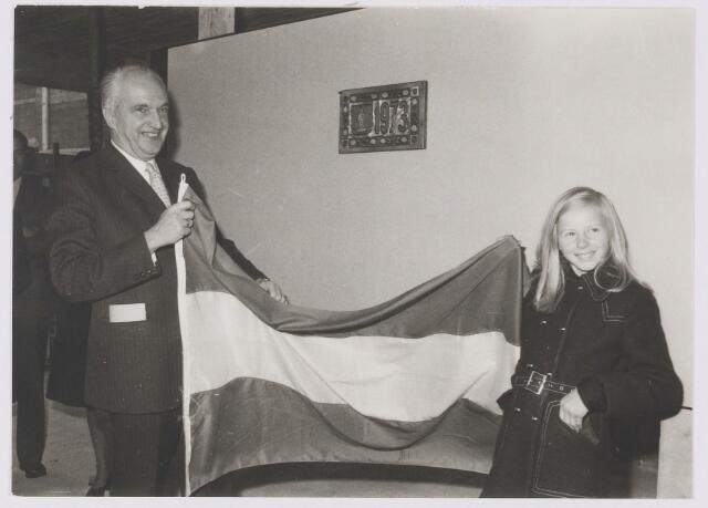 081206 - Eerste steenlegging gebouw Dienst Gemeentewerken verricht door Ingrid Barten onder toezicht van burgemeester P. Ballings