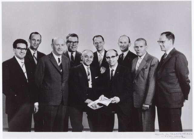 054202 - Voetbal. NOAD. Het bestuur van Noad bestaande uit v.l.n.r. L.ten Brink, P.Bolsius, J.Verbunt, H.Bertens, J.Strikkers, onbekend, C.Reijnen, A. Broers, J.v.d.Meijden en G.v.d.Gender.