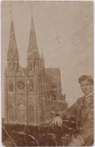 021357 - In 1889 vervaardigde een Tilburgse bakkerszoon een model van de Heuvelse kerk. Hier poseert hij trots naast `zijn` kerk