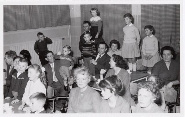 038724 - Volt. Oosterhout. Sint Nicolaasviering voor de kinderen van het personeel in 1960. Fabricage- of productie vond in Oosterhout plaats van april 1951 t/m 1967. Sinterklaas. St. Nicolaas