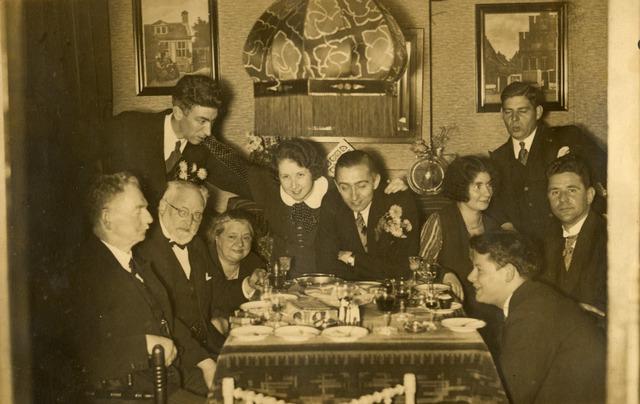 650369 - Schmidlin. Familiefeestje ten huize van Louis en Johanna Schmidlin-Dubois (zittend tweede en derde van links). Geheel links de heer Sellen, in het midden Betsy Schmidlin-Sellen en rechtsonder Louis Albert Schmidlin.