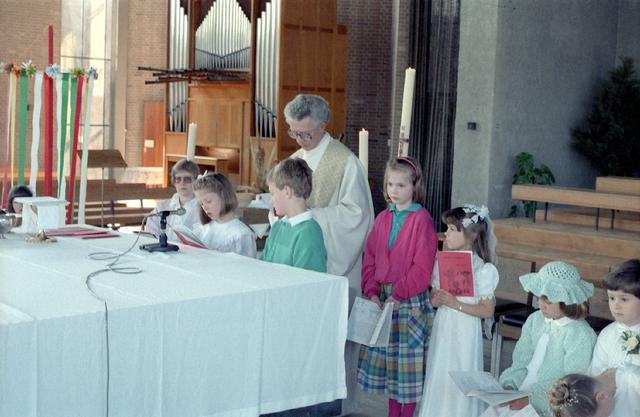655278 - Eerste Heilige Communie viering bij Koningshoeven in Berkel-Enschot op 4 mei 1986. Leerlingen van de Jan Lighthartschool.