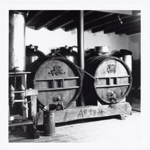 039619 - Deel van het interieur van distileerderij A. Croon & co., later bekend onder de naam Hamer van Belle & Croon & co. Anno 1833. De naam werd afgekort tot Hamer van Belle, de firma genoot grote bekendheid rond de eeuwwisseling (1900) vanwege zijn oud-Hollandse Likeuren van topklasse en ver over de landsgrenzen bekend. De totale inrichting is ondergebracht in het Nationaal Likeurmuseum 'Isidorus Jonkers' .