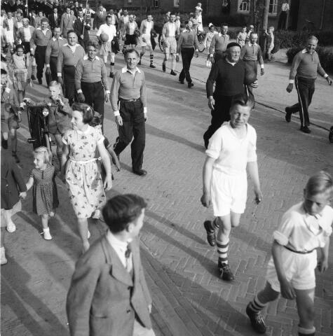 050224 - Gemeenteraad tegen veteranen elftal. Burgemeester mr. W.Th.M. Verhoeven midvoor.