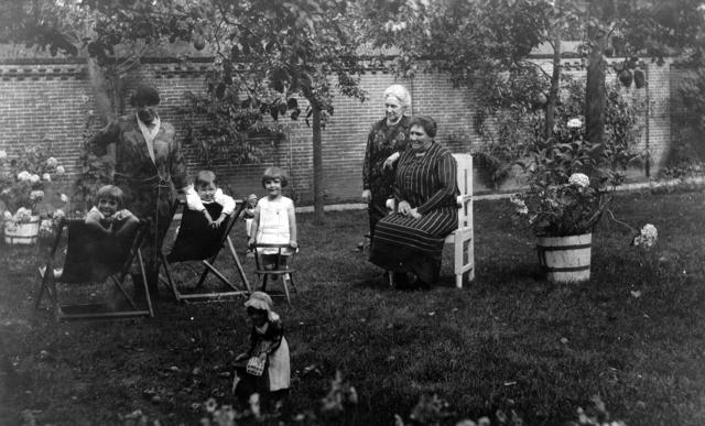 1709_0009 - Familie Franken-Donders. Oma Franken-Donders in de tuin aan de Bisschop Zwijsenstraat.
