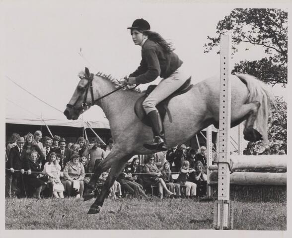 """083415 - Paardensport. Concours hippique van """"De trouwe kameraden"""" - een ruiters- en ponyruiter vereniging. SGW Alphen-Chaam geniet landelijke bekendheid en organiseert diverse evenementen zoals bv de tuigpaardengala en het concours hippique."""