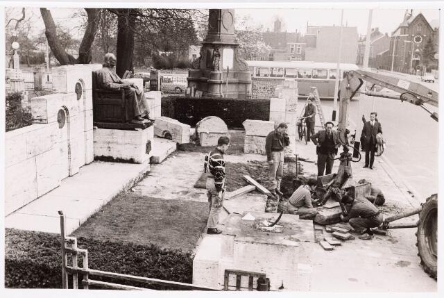 036169 - Stadhuisplein.  Afbraak monument Mgr. zwijsen i.v.m. bouw nieuw stadhuis.