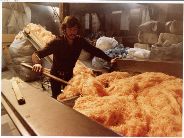 038131 - Textielindustrie. Interieur van de Firma Wolkat, lompengroothandel.