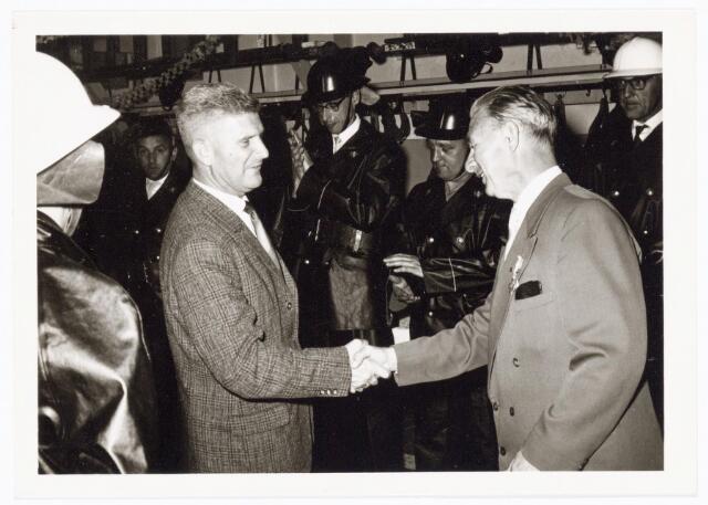 039451 - Volt, Zuid. Hulpafdelingen, Brandweer. De heer J. Vermeulen links feliciteert de heer G. van Peer met zijn 25-jarig brandweer jubileum op 25 juni 1962.