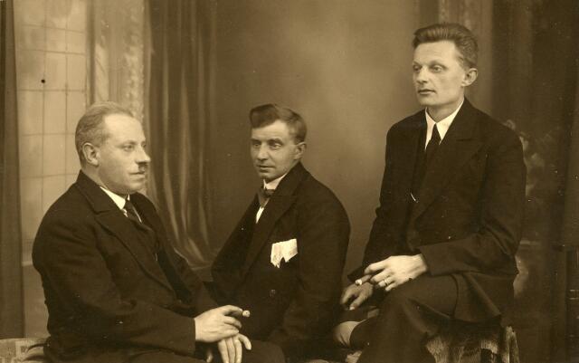 093100 - Van links naar rechts Boekbinder Joannes Josephus Haans, geboren en woonachtig in Tilburg, maar in Goirle op 9 augustus 1920 getrouwd met Maria Johanna Antonia (Miet) Coppens, Hein Elbers, kostganger bij de familie Haans-Coppens, en de zwager van Haans, Laurentius Wilhelmus (Lau) Coppens.
