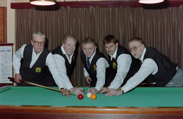 1237_001_054_003 - Sport. Biljart. Leden van Biljartvereniging 't Krijtje uit Hilvarenbeek in maart 1995.