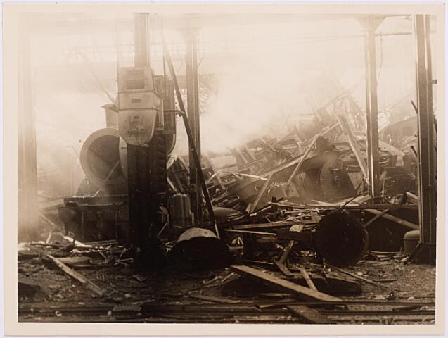 013162 - Tweede Wereldoorlog. Vernieling werkplaats NS. Uit wraak voor deelname van het personeel aan de spoorwegstaking van 17 september 1944 bombardeerden de Duitsers enkele dagen later de centrale werkplaats plat