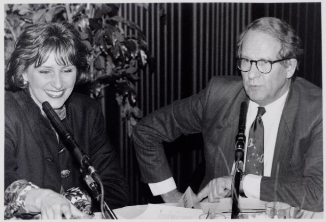 044216 - Burgemeester Brokx tijdens een interview door Astrid Joosten.