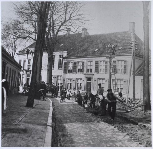 024488 - Werkzaamheden op het Korvelplein, wellicht ten behoeve van de aanleg van een stoomtrambaan omtrent 1905. Het linkerhuis op de achtergond is van de textielfamilie Diepen - v.d. Voort en dat ernaast van Diepen - Hermans