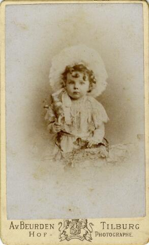 092195 - Caspar Arnoldus Antonius Josephus Maria Houben, geboren op 14 maart 1892 te Tilburg als zoon van Casper Marie Hubert Houben en Coleta Melania Bernardina Mutsaers.  Hij was een zwager van burgemeester Van de Mortel en overleed ongehuwd op 14 september 1957.
