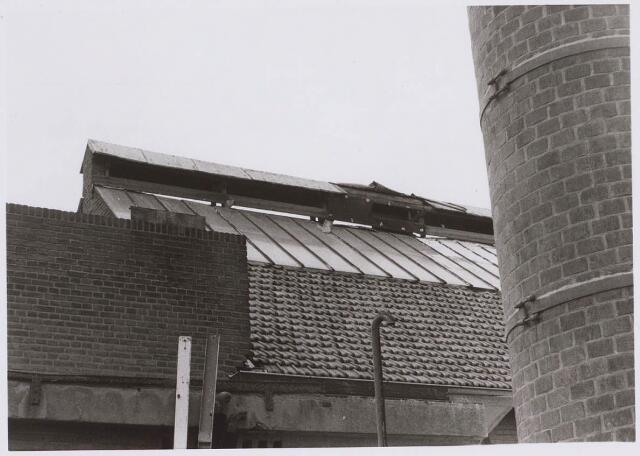023068 - Textiel. Dak van een van de gebouwen van kunstwolfabriek J. A. Berghegge & Zn.
