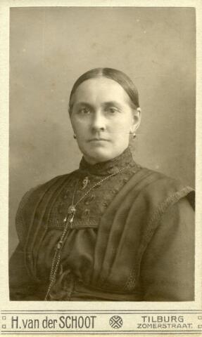 602426 - Adriana Maria (Jana) van Pelt, geboren op 3 december 1867 te Tilburg als dochter van Norbertus van Pelt en Johanna Bertens. Jana huwde op 22 augustus 1894 te Tilburg met Adrianus Michael Geurts. Ze overleed te Tilburg op 2 december 1943.