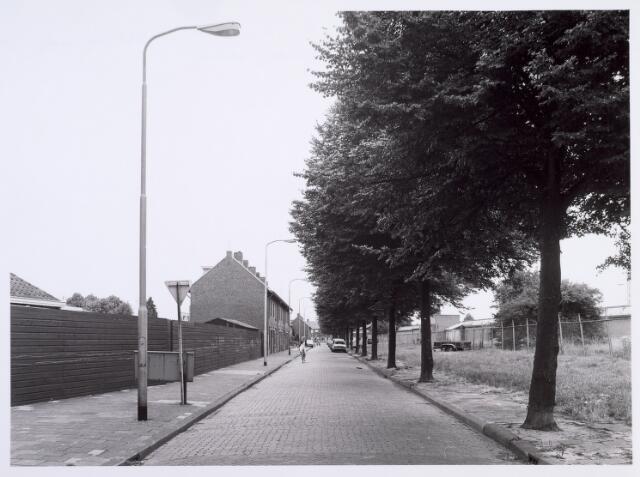 014059 - Afrikaanderstraat gezien vanaf de Goirleseweg. Rechts het gebouwencomplex van textielfabriek H. van Puijenbroek
