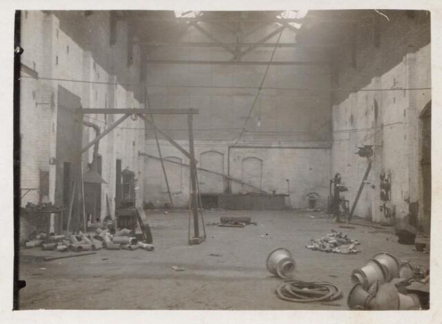 044499 - Interieur van de voormalige fabriek aan de Havendijk tijdens de verbouwing tot parochiekerk.