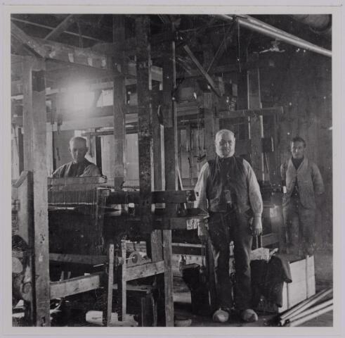 037585 - Textielindustrie. Handwevers bij Gebroeders Diepen omstreeks 1905