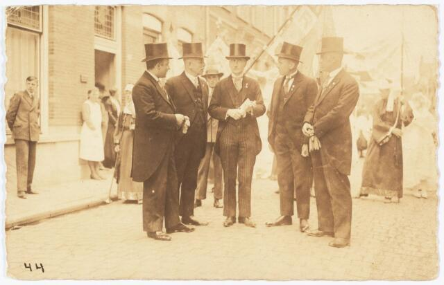 009102 - Heilig Harthulde. Optocht grote stoet K.R.O. Tilburg. (in het midden de heer B.J.J.M. Dekker) (1932)
