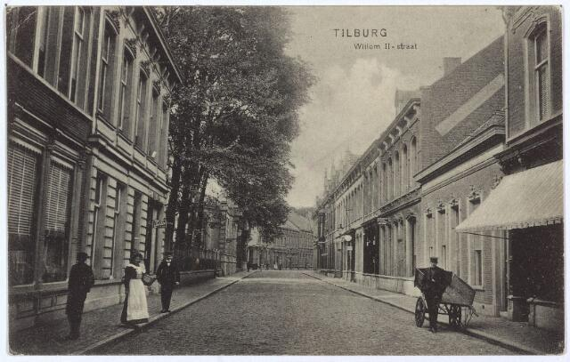 003024 - Willem II-straat tussen Heuvelstraat en Tuinstraat. Links de panden M1241 en M 1242, vanaf 1910 Willem II-straat 57 en 55. Op nummer 57 woonde rond 1908 koopman Norbertus D.A. Swagemakers, geboren te Tilburg op 13 augustus 1847 en in dit pand overleden op 2 juni 1919. Zijn weduwe, Henriëtte Jurgens, werd geboren te Osch op 5 oktober 1852. Zij verhuisde in 1920 naar Ubbergen. In het volgende pand, nr. 55, woonde rond 1908 de weduwe Cornelia G. Meeuwese-Baijens. Zij werd geboren te Waalwijk op 15 juli 1850 en was winkelierster van beroep. In december 1930 verhuisde zij naar het R.K. Gasthuis in Oisterwijk. Rechts een man met handkar.