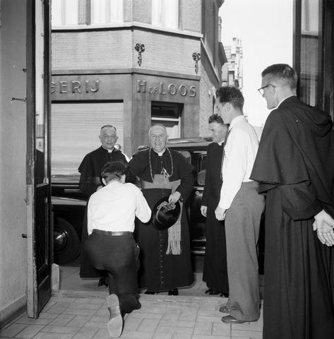 050445 - 50-jarig bestaan KAB en 25-jarig bestaan Kajotters. Taak: bundeling van activiteiten van de diverse R.K. Werkliedenverenigingen aanvankelijk in het federatief verband van de Bossche Diocesane Werkliedenbond, later als Tilburgse afdeling van de landelijke arbeiders- en vakbeweging op katholieke grondslag, tot de fusie daarvan met het N.V.V. in het F.N.V.