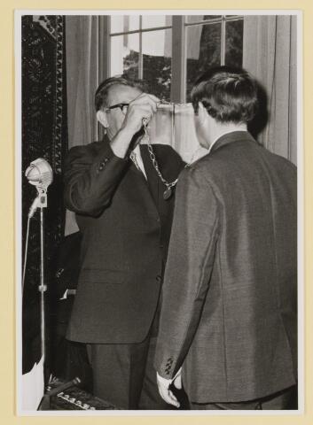 080094 - Udenhout, augustus 1971. Installatie van burgemeester Hans Hoefsloot. Wethouder Bart Oerlemans hangt de ambtsketen om.