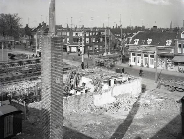 653867 - Afbraak van panden op de hoek van de Heuvel  en het NS-plein. De overweg werd in 1964/1965 vervangen door een viaduct.