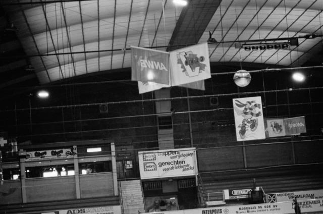 656857 - Schaatsfeest IJsvrij in de Pellikaanhal. Georganiseerd in samenwerking met de ANWB op 9 februari 1985.  Sport. Schaatsen.